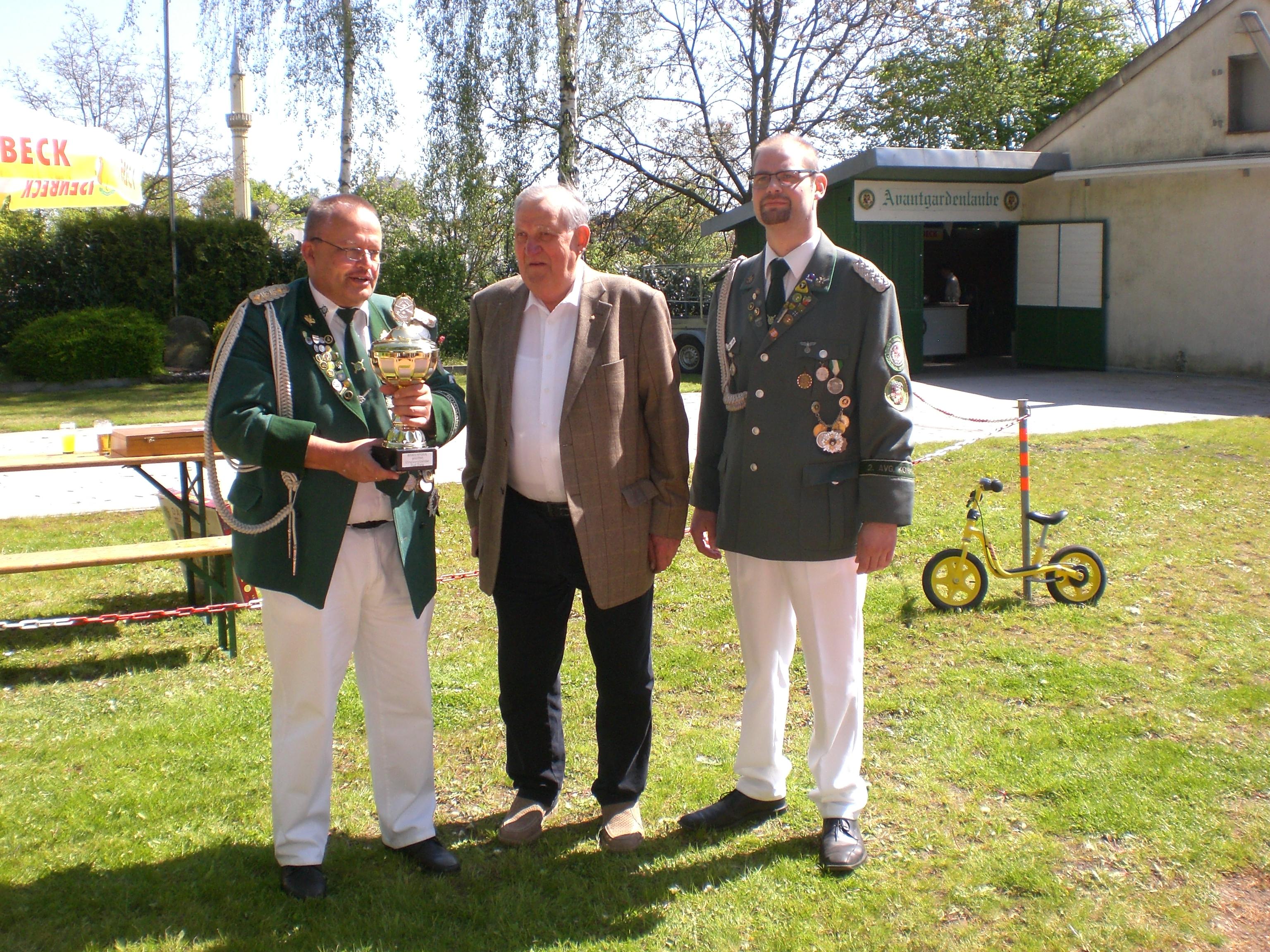 Wanderpokal, gestiftet von unserem Ehrenvorsitzenden, Rudi Diete (Mitte).